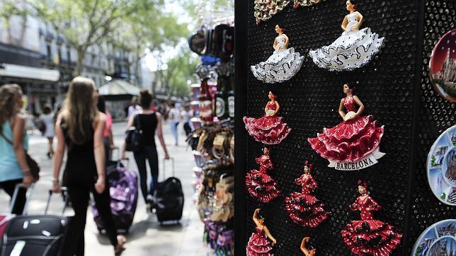 Tienda de souvenirs en Barcelona con imanes de sevillanas