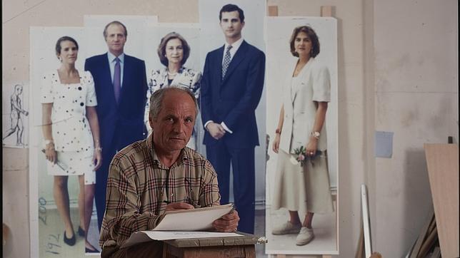 Antonio López, junto a las fotografías que utilizó para su retrato, hace veinte años