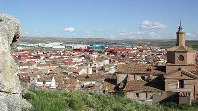 Vista de la localidad zaragozana de Épila, con su iglesia parroquial en primer plano