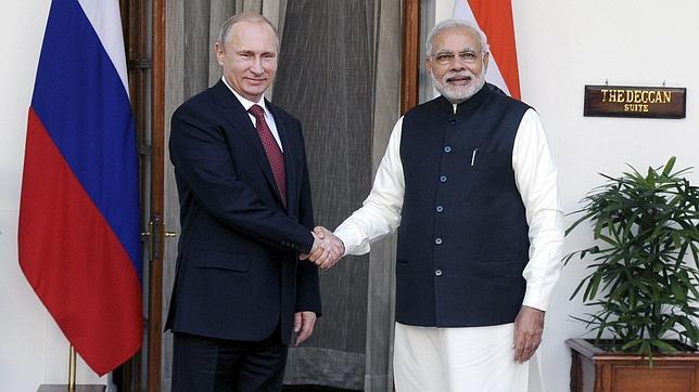 El primer ministro indio estrecha la mano del presidente ruso este jueves
