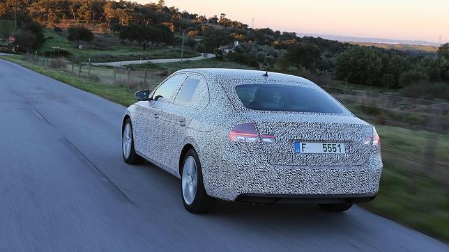 Todo apunta a que el nuevo Skoda Superb seguirá siendo un coche grande, sobre todo por dentro.