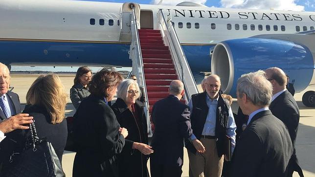 Alan Gross, con una carpeta, tras aterrizar en un aeropuerto cerca de Washington
