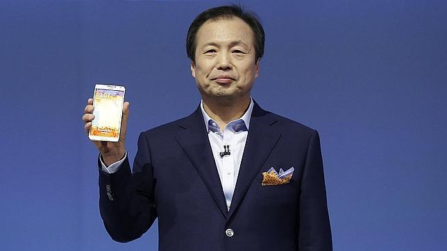 En la imagen, Shin Jong-kyun, CEO de la división móvil de Samsung con un Galaxy Note