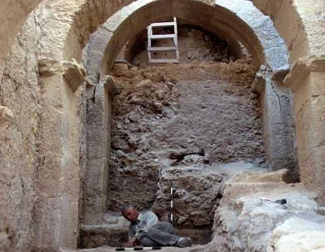 Uno de los arqueólogos a los pies de los arcos de 6 metros de ancho que soportan el corredor monumental