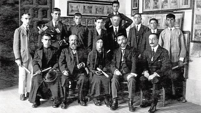 Rafael Ramírez de Arellano, el segundo por la izquierda sentado, fue el primer director de la Academia. En la imagen