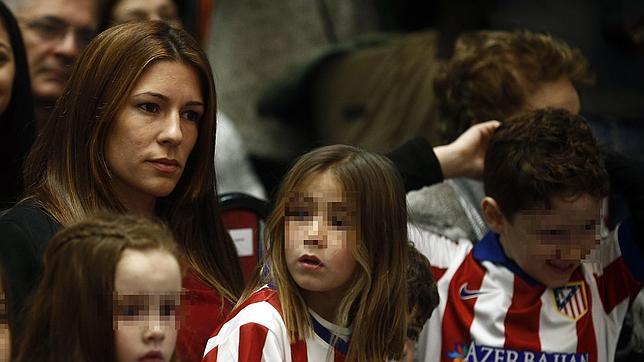 Olalla Domínguez junto a sus dos hijos