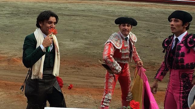 Diego Ventura besa un clavel mientras da triunfal la vuelta al ruedo