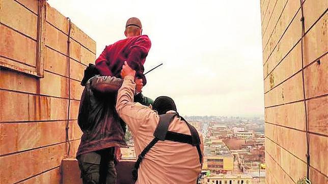 Imagen propagandísitica de los terroristas del Estado islámico ejecutando a un homosexual en Mosul