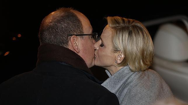 El cariñoso beso de los Príncipes Alberto y Charlène de Mónaco