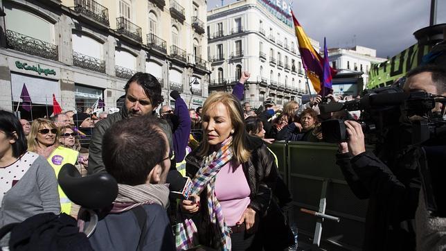 Carmen Lomana, en pleno trabajo de reportera, entrevista a Pablo Echenique
