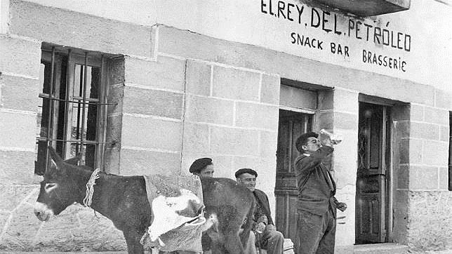 El snack-bar «El rey del petróleo», en Valdeajos, Burgos, población cercana al yacimiento de Ayoluengo