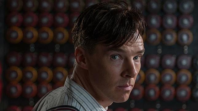 Benedict Cumberbatch caracterizado como Alan Turing