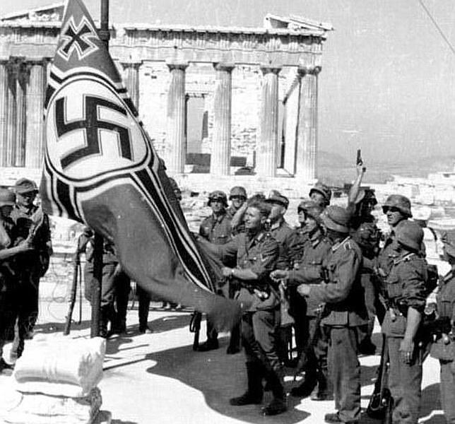 Izado de la bandera nazi durante la ocupación de Grecia