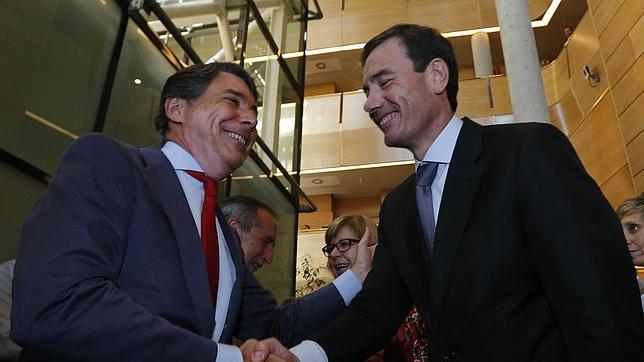 El presidente de la Comunidad de Madrid, Ignacio González, saluda a Tomás Gómez en la Asamblea de Madrid.