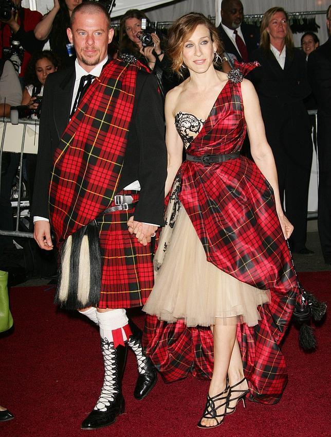 Alexander McQueen junto a Sarah Jessica Parker en mayo de 2006