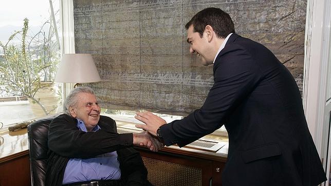 El histórico compositor griego Mikis Theodorakis saluda al primer ministro heleno, Alexis Tsipras