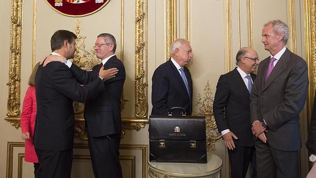 Rafael Catalá saluda a Alberto Ruiz-Gallardón en su toma de posesión como ministro de Justicia