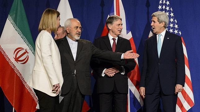 Federica Mogherini (i), Mohamad Yavad Zarif, Philip Hammond y John Kerry (d), este jueves en Lausana