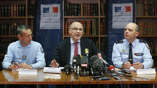 El fiscal Brice Robi, acompañado de los oficiales de la Gendarmería francesa Martial Meuriot y David Galtier