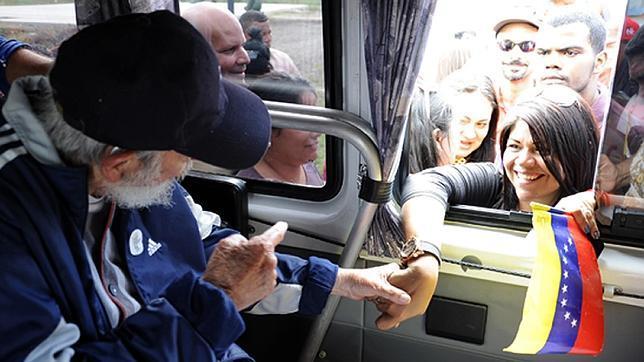 Fidel Castro saluda a un miembro de la delegación venezolana