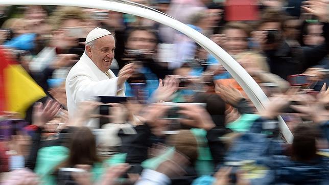 El Papa Francisco en el Papamóvil este domingo