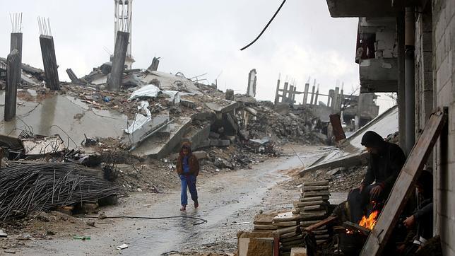 Aspecto este lunes de una calle de Gaza atacada por el Ejército israelí el pasado verano