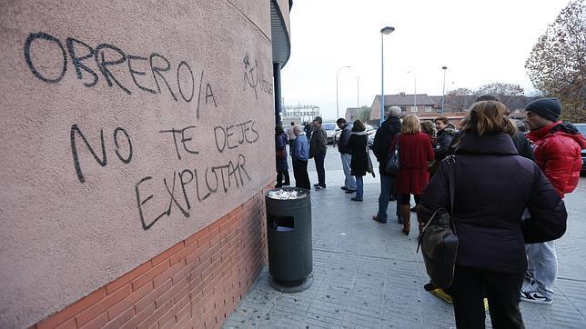 Cola del paro en la oficina de empleo de Fuenlabrada (Madrid) a finales de 2013
