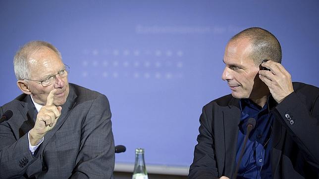 Wolfgang Schäuble, ministro de Finanzas alemán (izda) junto a su homólogo griego, Yannis Varufakis, el pasado mes de febrero