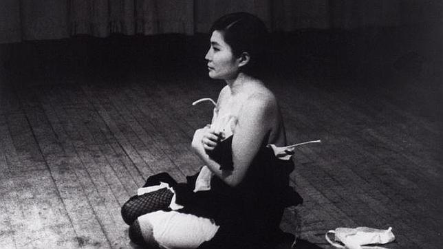 Yoko Ono en la «performance» «Cut piece» en Carnegie Hall en 1965