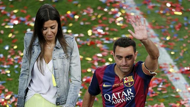 Xavi y su esposa en el Camp Nou