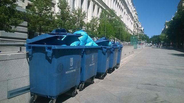 Los contenedores de papel repletos de hojas destruídas a las puertas del ayuntamiento, en la calle Montalbán