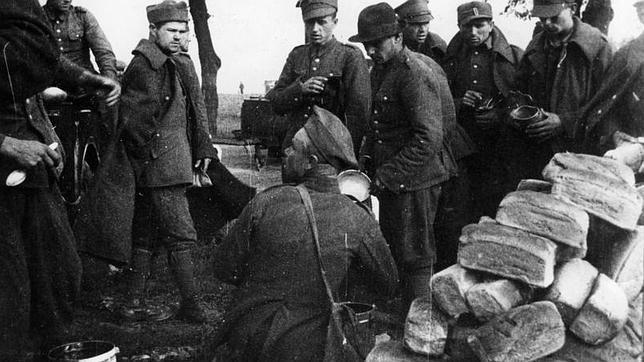 Grupo de soldados y oficiales polacos tomados prisioneros por los soviéticos durante la campaña de septiembre de 1939