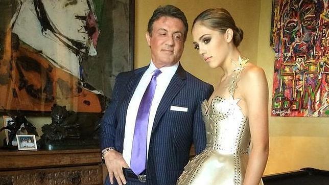 Sylvester Stallone con su hija Sistine Rose, a la que mira orgulloso