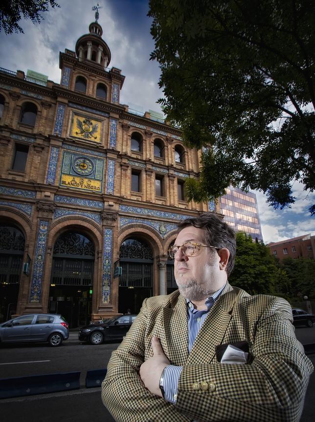 Santiago Castelo, fotografiado delante del ABC de Serrano, que fuera sede histórica de este diario