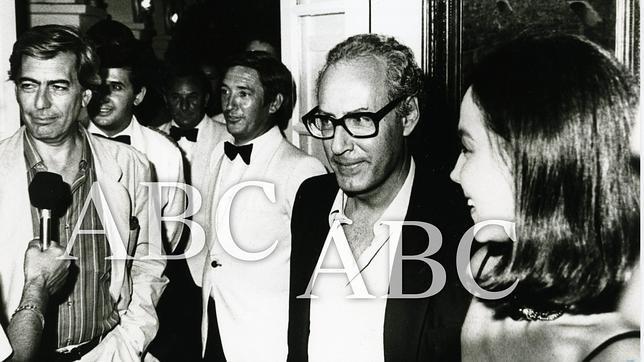 Mario Vargas Llosa, Miguel Boyer e Isabel Preysler a su salida del restaurante marbellí La Fonda, en agosto de 1986