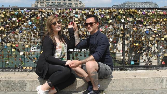Una pareja, en el «Pont Neuf», el nuevo punto de encuentro para los amantes