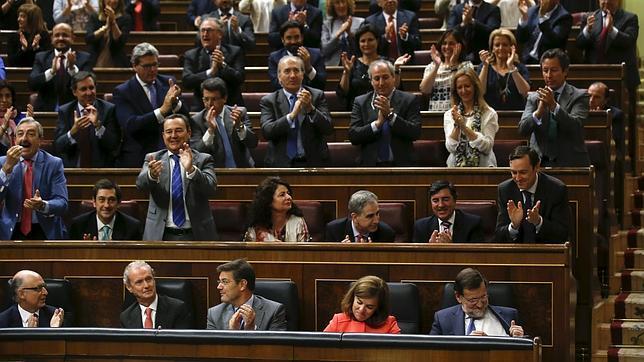 El presidente del Gobierno recibe los aplausos de la bancada popular
