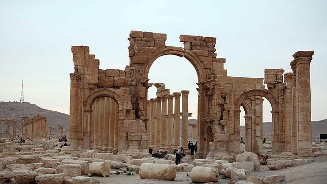Imágenes de archivo de turistas en las ruinas de Palmira