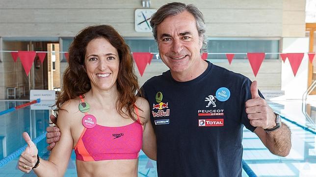 Cristina Osorio, duquesa de San Lorenzo de Valhermoso, cruzará el Estrecho a nado. En la imagen, junto al piloto Carlos Sainz, su padrino en este desafío