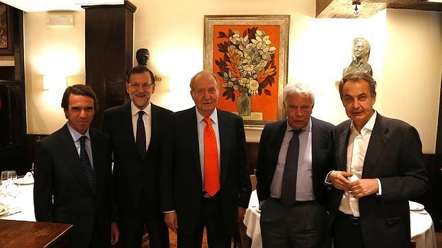 Don Juan Carlos, junto a Rajoy, González, Aznar y Zapatero, ayer en el restaurante Casa Lucio