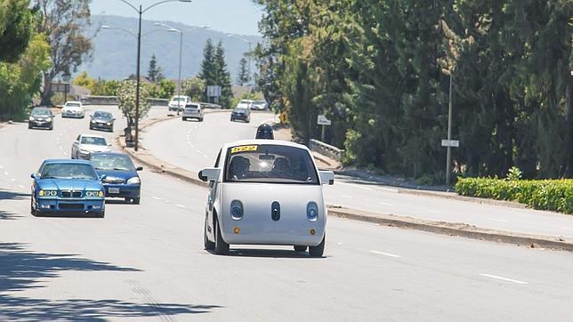 Detallde uno de los modelos de coche autónomo de Google que ya circula por las calles californianas
