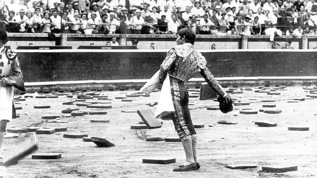 Manuel Benítez «El Cordobés» torea con la montera a las almohadillas que inundaron el ruedo pamplonica