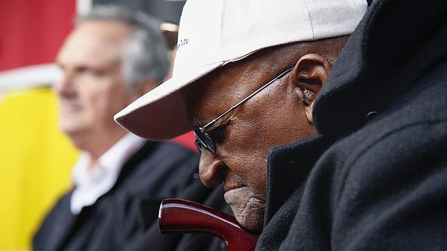 Fotografía de archivo del 18 de julio de 2014 del Premio Nobel de Paz, el arzobispo emérito sudafricano Desmond Tutu, durante el Día de Mandela en Ciudad del Cabo (Sudáfrica)