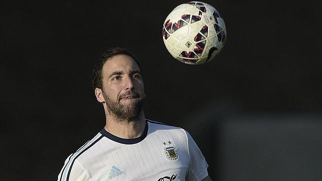 Higuaín, en un entrenamiento con Argentina
