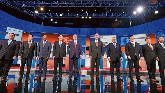 Imagen de los diez candidatos republicanos durante el primer debate, televisado este jueves