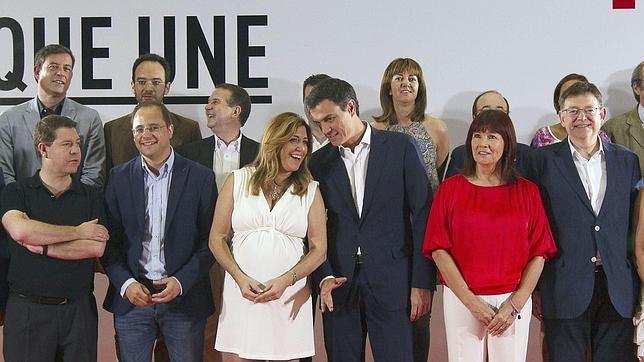 Sánchez charla con Díaz en la reunión del Consejo Político Federal del PSOE en Sevilla el pasado julio