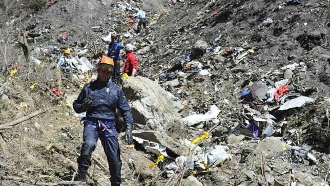 Labores de recogida de los restos del avión