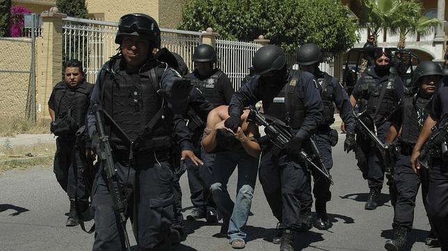 Policías mexicanos detienen a un sospechoso de narcotráfico en Ciudad Juárez