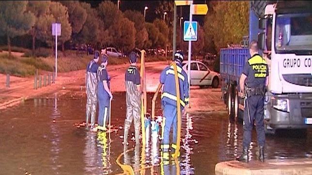 Imagen de archivo de la intervención de los bomberos durante una tormenta en Fuenlabrada