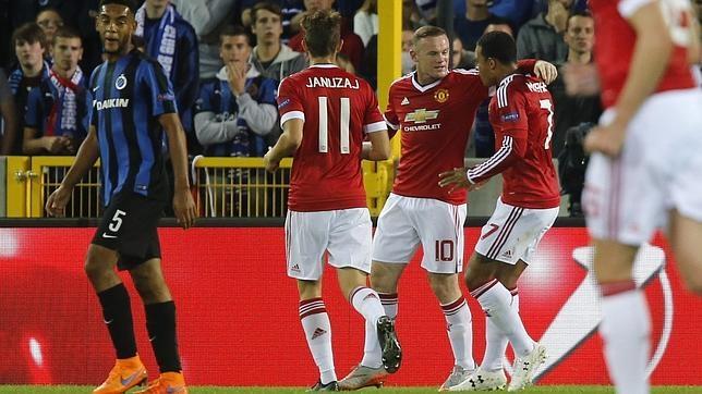 El jugador del Manchester United Wayne Rooney celebra con sus compañeros un gol
